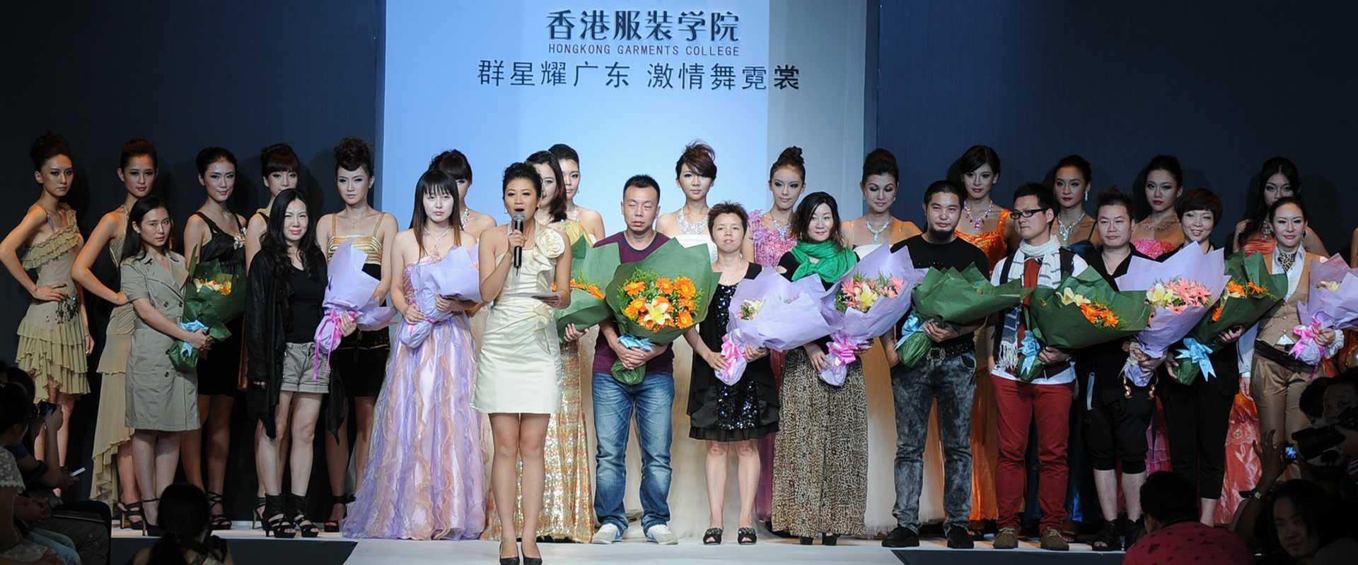 """""""群星耀广东 激情舞霓裳""""-2014年广东大学生时装周广东服装学院学生作品发布会现场。"""