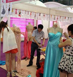 广东服装学院师生服装博览会现场立体裁剪秀