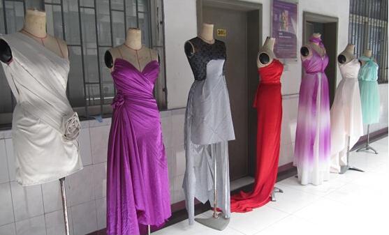 一旦设计师决定采用某种面料制作新系列后,他们需要向面料供应商下订单,这些新的系列成衣是品牌在即将到来的时装周上想买家展示和在各大专营店中陈列出来的服饰,通常都会复制10份到20份左右的整个系列样衣。而小型的设计屋则是制作出成衣,而不具备复制品作为后备。   当面料下订单后,成衣的制作成本就开始直线上升,例如一个设计公司决定制作棉斜纹软呢,但他们想系列中包含黑、灰、粉的色点作为他们系列的主色系,但面料供应商只提供黑、海军蓝和红色色点,这就意味着设计公司要做出特殊的少量面料处理去制作他们想要的黑、灰、粉。